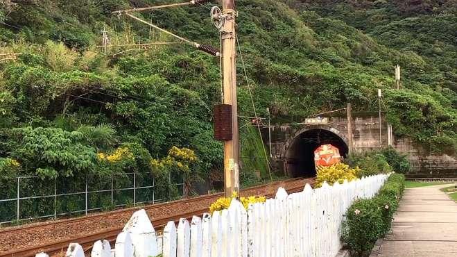 期待超久的火车出山洞,结果,这是个什么鬼