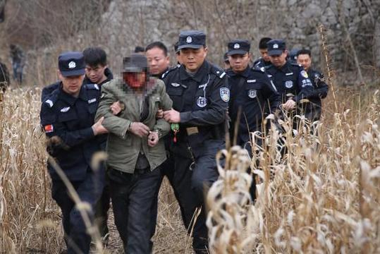 65岁老翁作案后藏匿山洞,350余名警察将其抓住后,称最想喝水