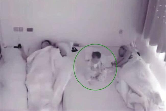 1岁宝宝醒来发现爸妈睡着,独自喝奶后睡觉,网友:宝宝是报恩的