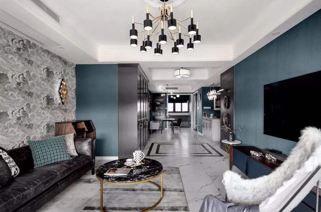 沙发背景墙用乌云壁纸装饰着,搭配不规则的壁灯和装饰,提升了客厅