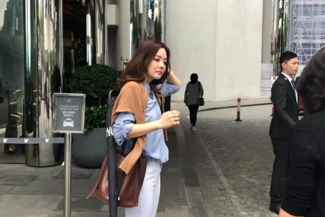 懒理离婚传闻,蔡琳低调现身香港街头,39岁的她看上去依旧年轻