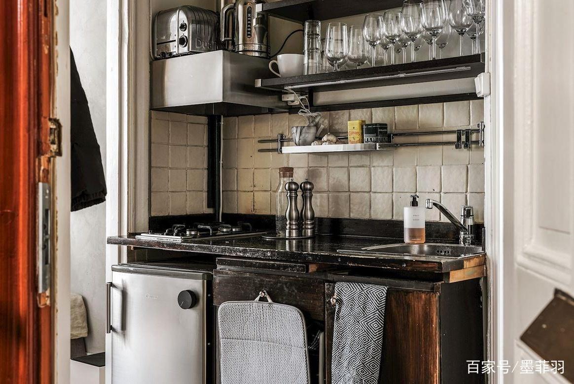 晒出租房18平小户型,厨房仅巴掌大,全屋只刮水泥!果断搬进来