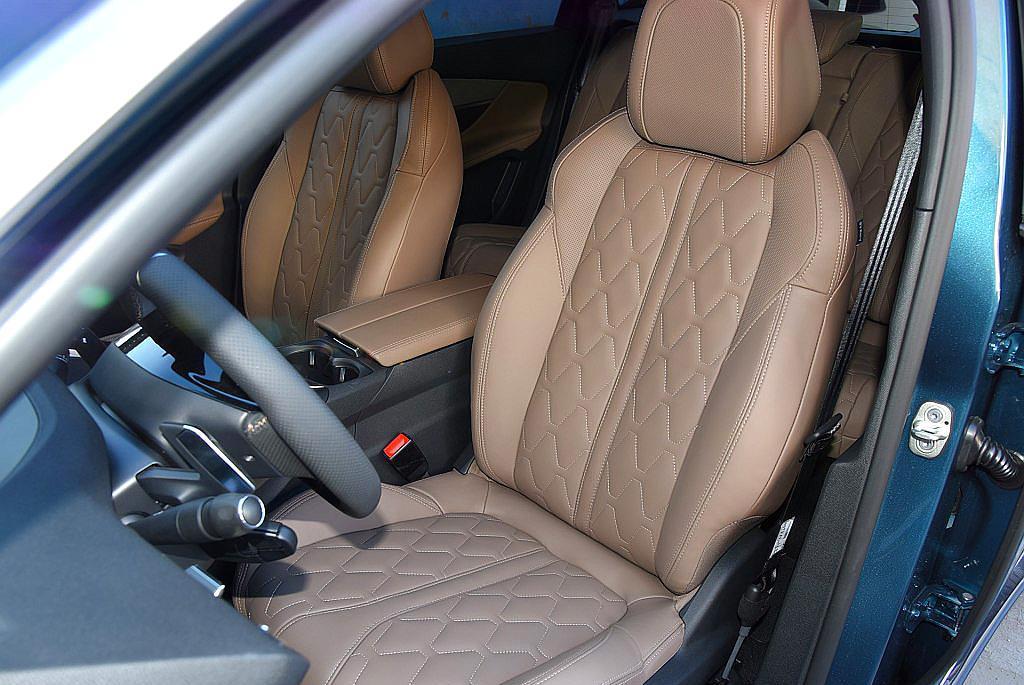 法系浪漫主义SUV,内饰仿飞机驾驶舱,科幻十足,全系真皮座椅