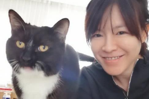 孕妈李艾晒与猫咪合照,赞她撒一手好娇,羡慕她天天被老公抱着!