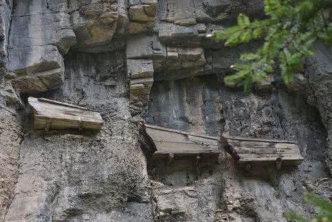 悬崖峭壁上的悬棺,是如何被放上去的?专家研究多年:太聪明了!