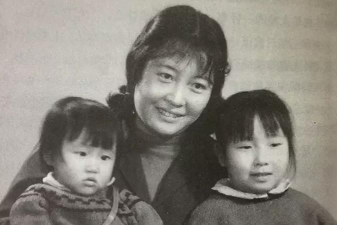 被丈夫抛弃,带着两个女儿流落香港卖水饺,却年入60亿传奇一生