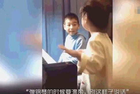 哥哥被不会弹钢琴的妹妹传授琴技,全程宠妹脸暖化网友