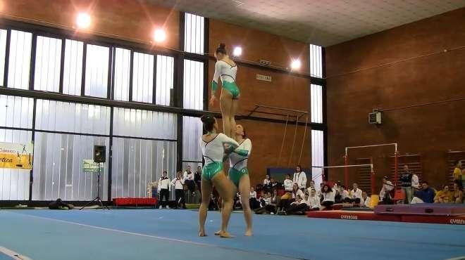 女子表演柔术,柔韧度好得不得了,这也太厉害了!