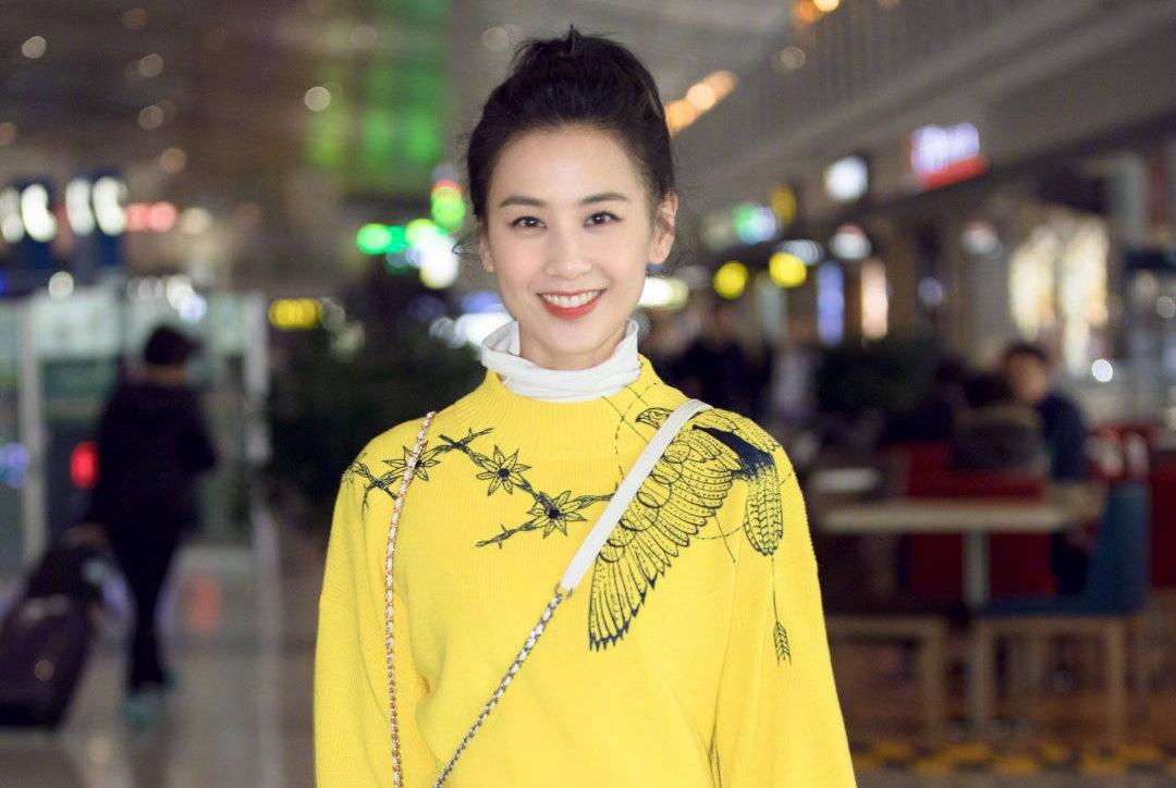 黄圣依一身俏丽黄高调启程时装周,换个发型美回初恋脸,太减龄