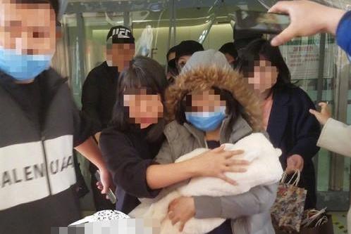 赵丽颖产后首次露面,身体发福打破谣言,冯绍峰的动作很有爱
