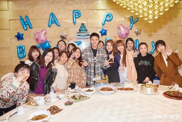 贾乃亮庆35岁生日不见李小璐,却与许多美女一同庆祝