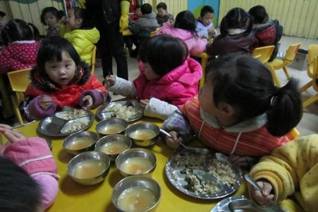 幼儿园发现腐烂食材 负责人:变质的青椒是给老师吃的!