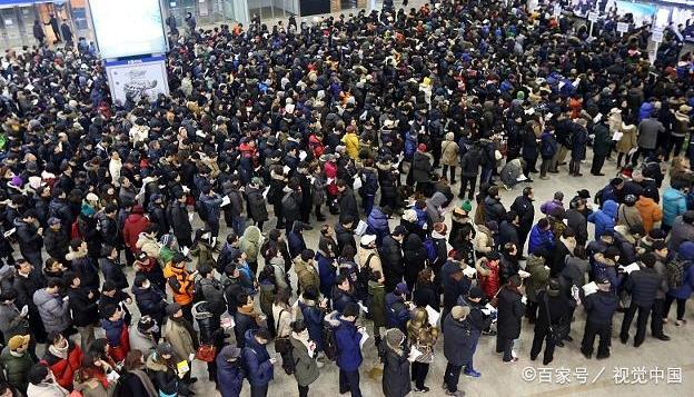 2019年春运高峰即将来临,各大火车站汽车站人潮涌动,依次排队