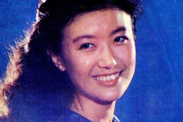 她是倪萍的前辈,最红时为爱情放弃主持事业,如今65岁依然优雅