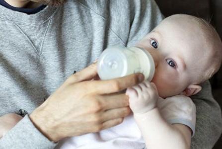 你冲奶粉时,是先放水还是先放奶粉?宝妈别把顺序弄错了