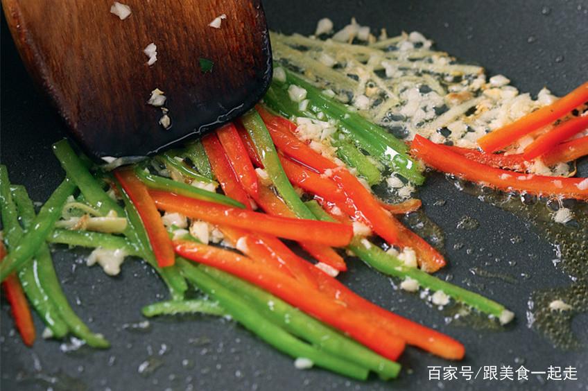 椒丝腐乳炒蔬菜,制作的方法,简单又好吃!