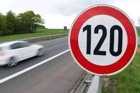 在时速120时,突然看到限速60,可以急刹车吗?交警说了三个字!