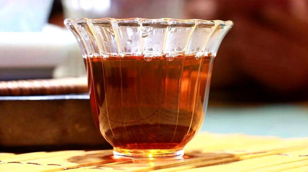 喝茶的人看看,别再喝浓茶了,现在知道不算晚,快提醒家里人