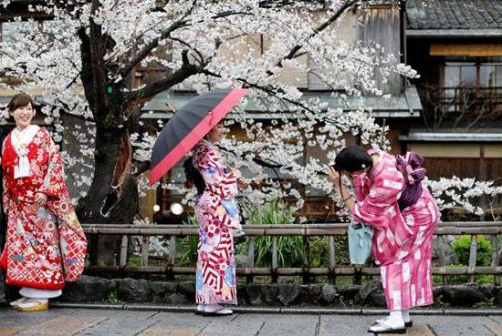 日本游客购物也疯狂,他们到中国竟然买这些东西,真有眼光!