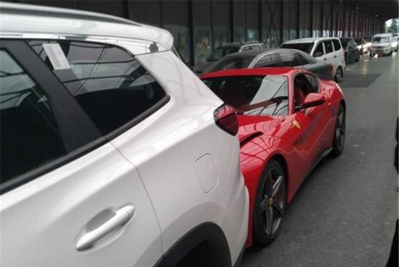 法拉利追尾瑞虎8,看到损伤后,网友:几百万的豪车不过如此!