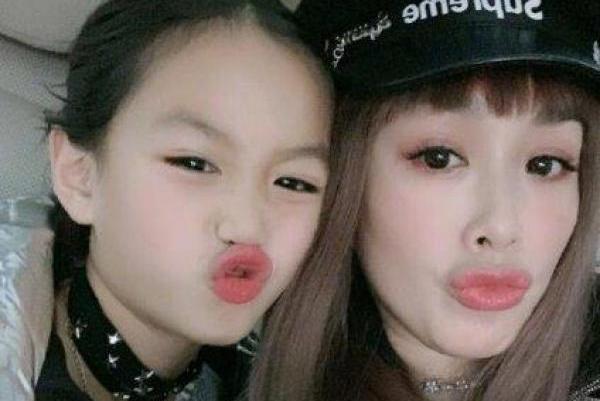 钟丽缇拉女儿考拉一起合照,面对镜头相同表情母女俩越长越像了!