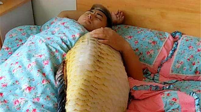 一开始以为老公抱着个鱼在睡觉,走近一看,笑喷了!