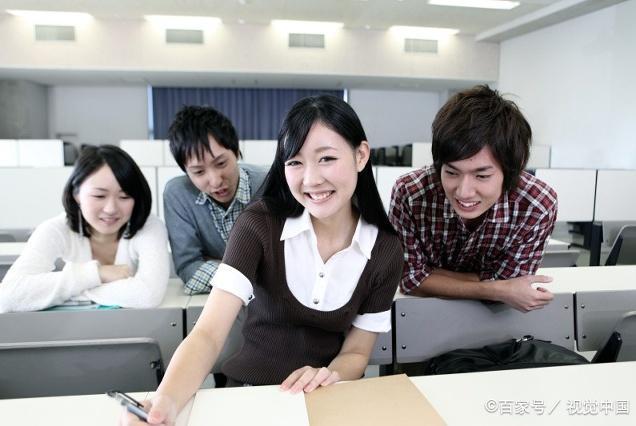 情商高的大学生,不仅在毕业后与同事相处愉快,更懂得搭讪女孩子