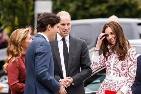 凯特王妃在害羞或是不自在的时候,有一个习惯性的小动作