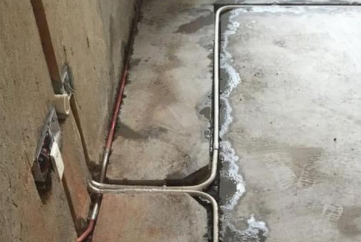 水电完工,看到师傅这样做,就知道墙地面后期不会开裂了