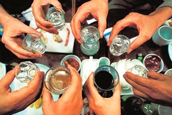 """喝酒时的3件""""尴尬事"""",这样的白酒别留了,喝红酒千万别问价"""