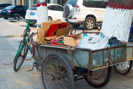 33岁还在深圳街头收破烂,如今成为亿万富豪!破烂王如何逆袭?