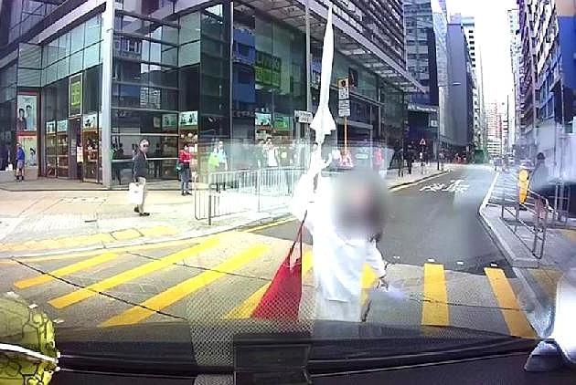白衣女子闯红灯与客货车发生碰撞怒砸车头谁之过,网友有话要说