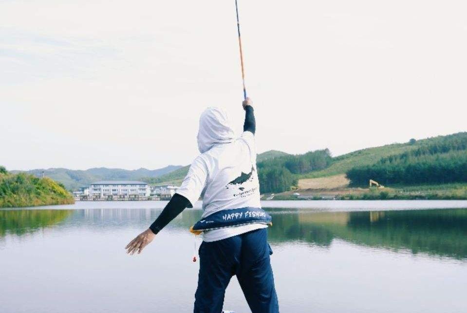 为何刮大风不能收竿?老钓手泄露刮风天钓鱼妙招,连竿中鱼很轻松