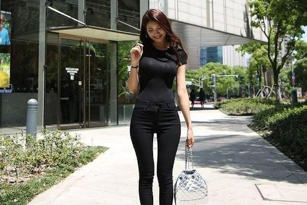 时尚青春的打底裤美女,网友:别具优雅的女人味