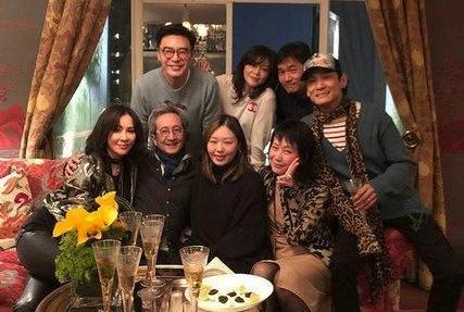 刘嘉玲晒好友聚会合照,54岁叶童气质依旧,梁朝伟手握酒杯心情好