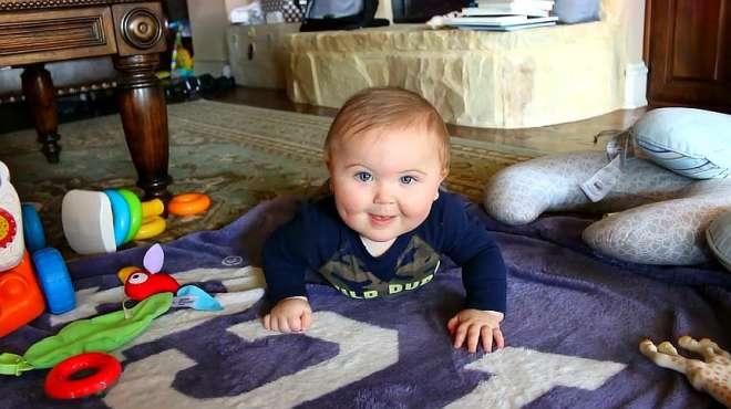 小宝宝学爬爬,这肉乎乎的小模样超萌超可爱的,萌化了