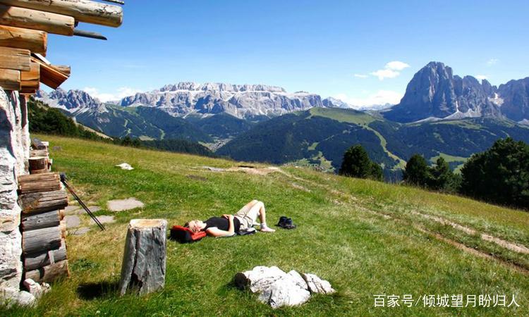 照片中大山景色非常壮观,山势雄伟,这样的美景令人神往.