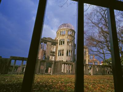 在广岛市区重建时,政府决定把它作为历史的见证留下来,并命名为原爆