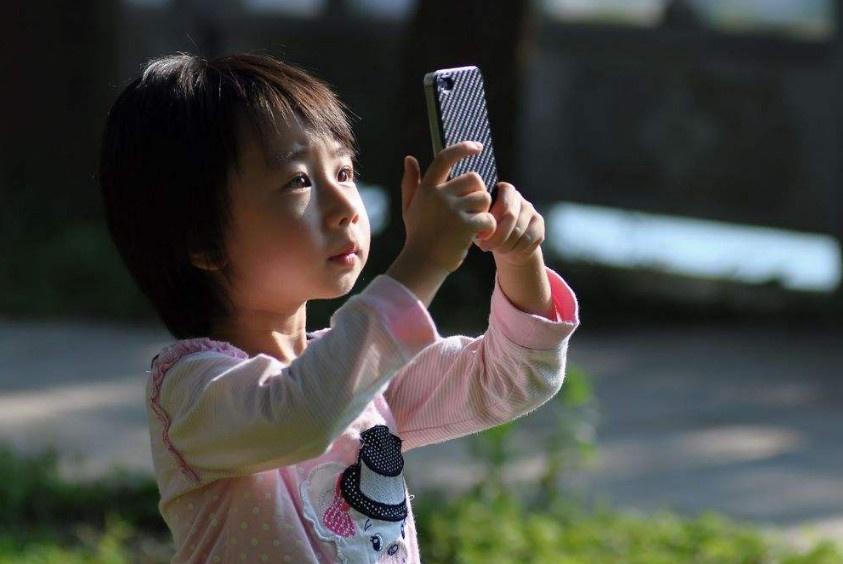 11岁女孩玩手机被父亲训斥,凌晨赌气离家被陌生男子拖到桥底