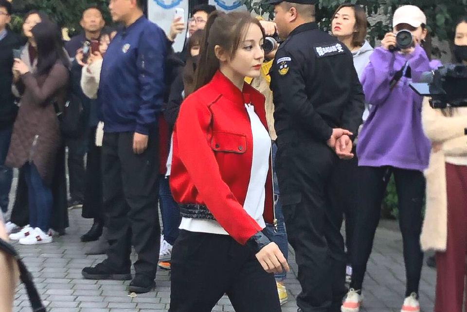 《极限挑战》录制路透:迪丽热巴穿小红褂精致有型,张艺兴显呆萌