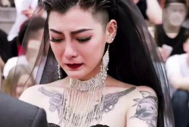 还记得火遍全网的新娘吗?纹身、黑婚纱让无数人羡慕,现活成这样