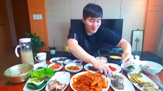 韩国大胃王MBRO哥在母亲家吃饭