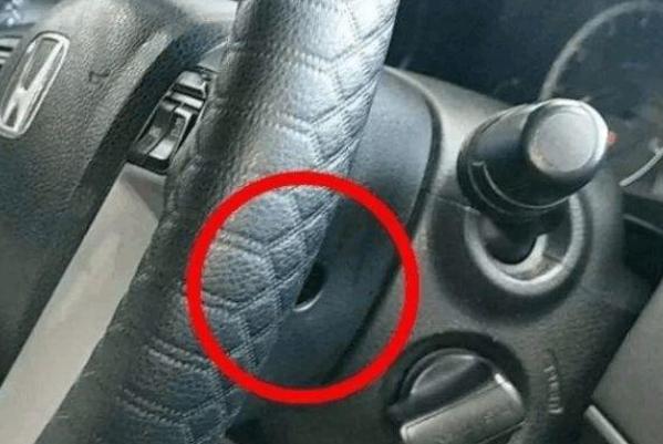 """懂车的人:汽车方向盘下面有个""""小机关"""",很有用!了解一下?"""