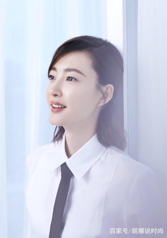而且这次的王丽坤发型也是很青春呀,要知道王丽坤也已经三十多岁了,但