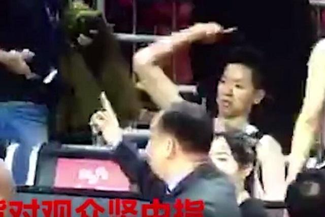 中国篮协开出重磅罚单,女版易建联竖中指挑衅球迷,被禁赛一场!