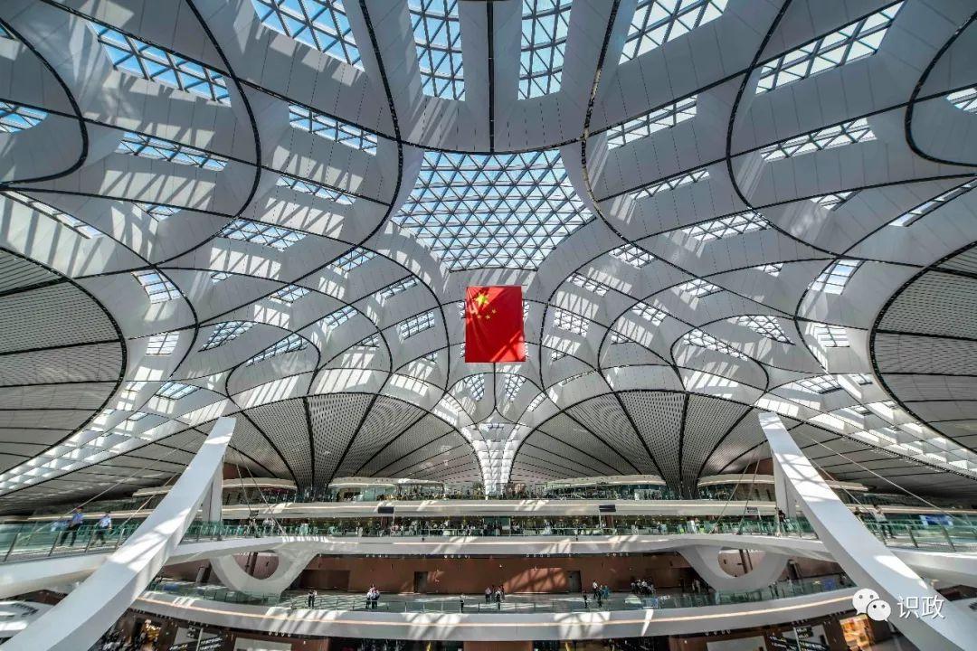 北京大兴国际机场候机大厅上方悬挂的五星红旗格外醒目