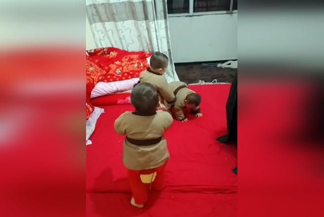 妈妈为三胞胎穿上古装,宝宝们竟疯闹了起来,接下来的一幕萌翻了