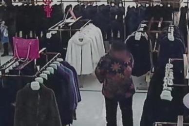 女子偷昂贵上衣,次日返回却偶遇取证民警,动机令人发笑