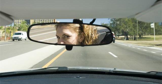 变道时,如何消除后视镜盲区?