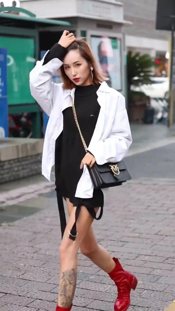 少妇扣逼�_街拍:美少妇白色上衣 大红短靴,真是光艳逼人